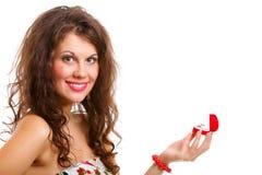 La donna apre un presente con l'anello di fidanzamento Immagine Stock