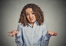 La donna arma fuori scrolla le spalle le spalle in dubbio fotografia stock libera da diritti