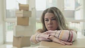 La donna arrabbiata si appoggia disimballa la scatola archivi video