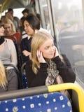 La donna ascolta musica Fotografia Stock Libera da Diritti