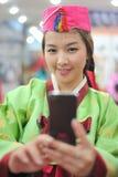 La donna asiatica cattura il vestito dal hanbok della foto Fotografie Stock