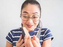 La donna asiatica del nerd ha ottenuto un'idea sorpresa dal libro Immagine Stock Libera da Diritti