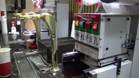 la donna asiatica della mano 4k prepara un tè famoso del latte con la macchina archivi video