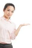 La donna asiatica di affari introduce qualcosa Fotografie Stock Libere da Diritti