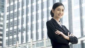 La donna asiatica di affari sta con l'invio sicuro all'unità di elaborazione all'aperto fotografie stock libere da diritti