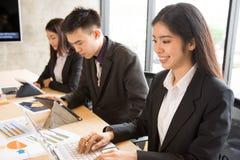 La donna asiatica di affari sta scrivendo Fotografia Stock
