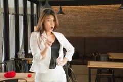 La donna asiatica di affari in un caffè sudicio nega/che rifiutare/dice che no/vieta/protesta Immagine Stock