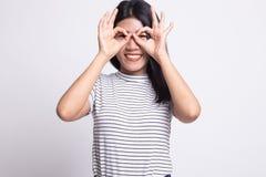 La donna asiatica fa il doppio segno GIUSTO divertente come vetri fotografia stock libera da diritti
