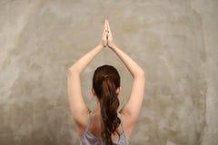 La donna asiatica fa l'yoga Fotografia Stock