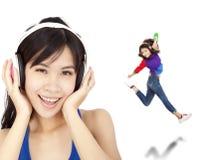 La donna asiatica felice ascolta musica Immagini Stock Libere da Diritti