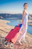 La donna asiatica felice con la stuoia di yoga che va alla forma fisica si esercita Immagine Stock Libera da Diritti
