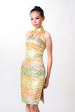 La donna asiatica porta il vestito tradizionale cinese fotografia stock