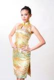 La donna asiatica porta il vestito tradizionale cinese immagini stock libere da diritti