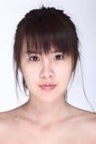 La donna asiatica prima compone lo stile di capelli nessun ritocchi, wi del fronte fresco Immagini Stock