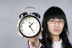 La donna asiatica ricorda a non è in ritardo o lenta Immagine Stock