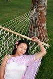 La donna asiatica si distende alla spiaggia Fotografia Stock