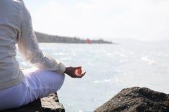 La donna asiatica si esercita nell'yoga Fotografia Stock