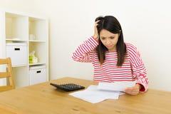 La donna asiatica si preoccupa per la spesa Immagini Stock