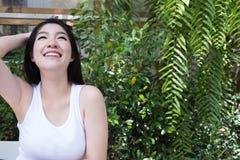 La donna asiatica si siede al caffè all'aperto giovane adulto femminile con naturale Fotografie Stock