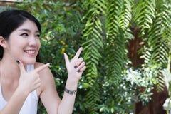 La donna asiatica si siede al caffè all'aperto giovane adulto femminile con naturale Fotografia Stock