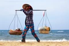 La donna asiatica sta vendendo i frutti sulla spiaggia Fotografie Stock Libere da Diritti