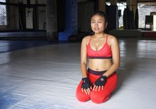La donna asiatica sudata esaurita nello sport copre la respirazione e l'allungamento dopo l'allenamento duro di forma fisica di a Fotografia Stock