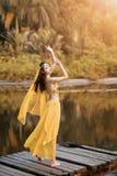 La donna asiatica vestita imita i ballerini persiani Fotografia Stock Libera da Diritti