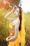 La donna asiatica vestita imita i ballerini persiani Fotografia Stock
