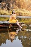 La donna asiatica vestita imita i ballerini persiani Immagine Stock
