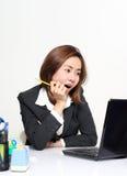 La donna astuta di affari che agiscono felice e successo con il suo cliente degli obiettivi Fotografie Stock