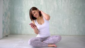 La donna atletica adatta sta mandando un sms agli sms nella palestra di sport sul telefono Ritratto di una donna felice di forma  video d archivio