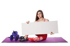 La donna atletica di forma fisica con lo sport helthy dello spazio in bianco del bordo del segno ha isolato le pose bianche di yo Fotografia Stock