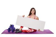 La donna atletica di forma fisica con lo sport helthy dello spazio in bianco del bordo del segno ha isolato le pose bianche di yo Fotografia Stock Libera da Diritti