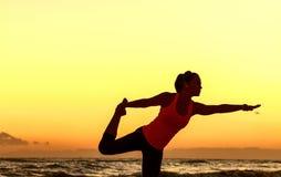 La donna attiva nello sport copre sull'allungamento del litorale Fotografie Stock