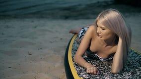 La donna attiva sta sull'imbarco della pagaia sulla sera dell'estate Fotografia Stock Libera da Diritti