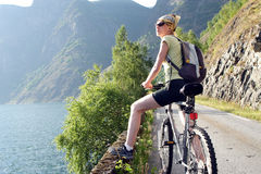 La donna attiva sulla bici sta avendo rottura Fotografia Stock Libera da Diritti
