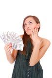La donna attraente cattura un lotto di 100 fatture del dollaro Fotografia Stock