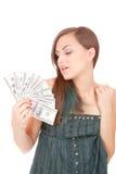 La donna attraente cattura un lotto di 100 fatture del dollaro Immagine Stock