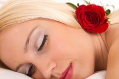 La donna attraente con è aumentato Fotografia Stock