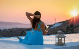 La donna attraente gode del tramonto dell'estate fotografia stock