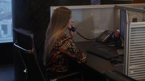 La donna attraente parla dal telefono stock footage