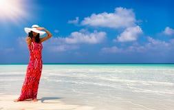 La donna attraente prende un selfie su una spiaggia in Maldive fotografia stock