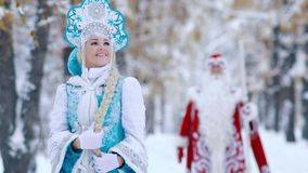 La donna attraente si è vestita in costume nubile della neve nel sorridere della priorità alta stock footage