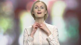 La donna attraente sta pavoneggiandosi prima dello specchio video d archivio