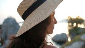 La donna attraente in un cappello incanta gli occhi e gira via video d archivio