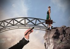 La donna attraversa un ponte immagini stock