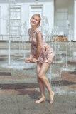 La donna bagnata sta asciugando il suo vestito Immagine Stock Libera da Diritti