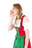 La donna bavarese in dirndl sta facendo lo jodel Fotografia Stock