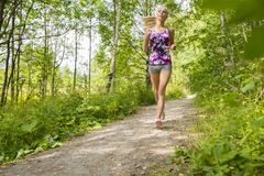 La donna ben preparata funziona da solo nella foresta Immagini Stock Libere da Diritti