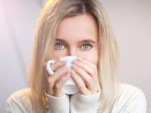 La donna beve il caffè Immagini Stock Libere da Diritti
